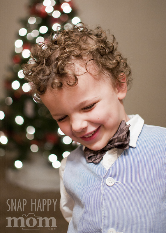 How To Take Christmas Portraits With A Blurry Background - www.SnapHappyMom.com