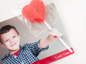 This page features has a tutorial for pinwheel valentines for girls! - SnapHappyMom.com
